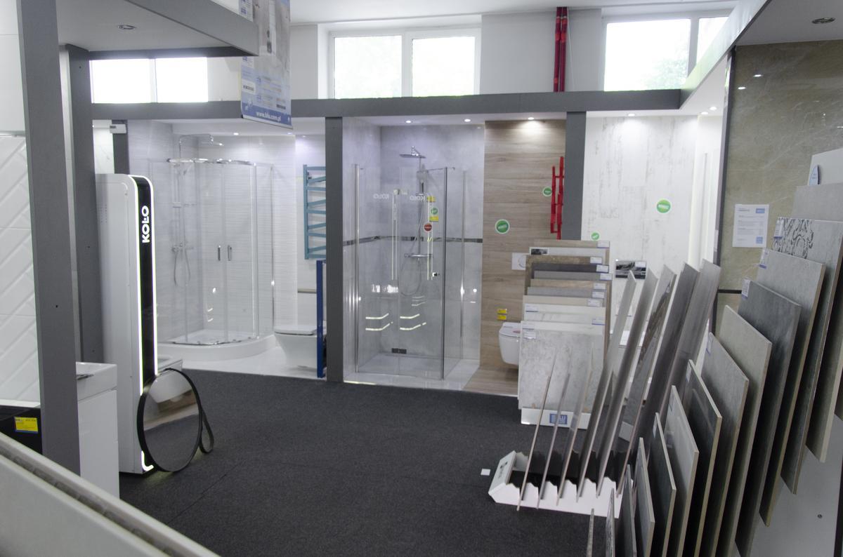 Ekspozycje boksów łazienkowych w BLU Skierniewice - zdjęcie od BLU salon łazienek Skierniewice
