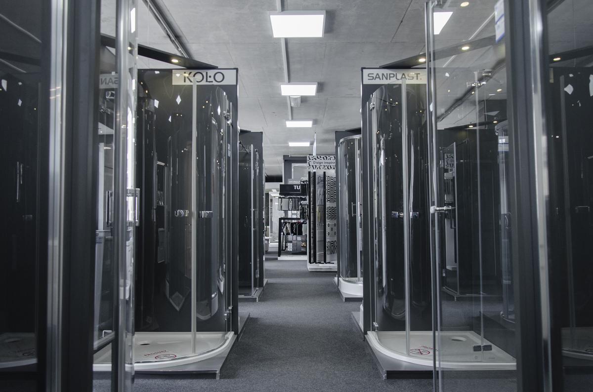 Ekspozycje kabin prysznicowych w BLU Białystok - zdjęcie od BLU salon łazienek Białystok