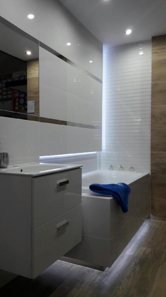 Elegancja drewna i bieli - Tubądzin Royal Place - zdjęcie od BLU salon łazienek Płońsk