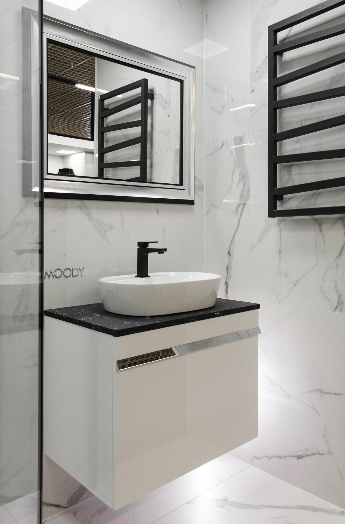 Elegancka łazienka biało - czarna z płytka imitująca marmur - zdjęcie od BLU salon łazienek Łowicz