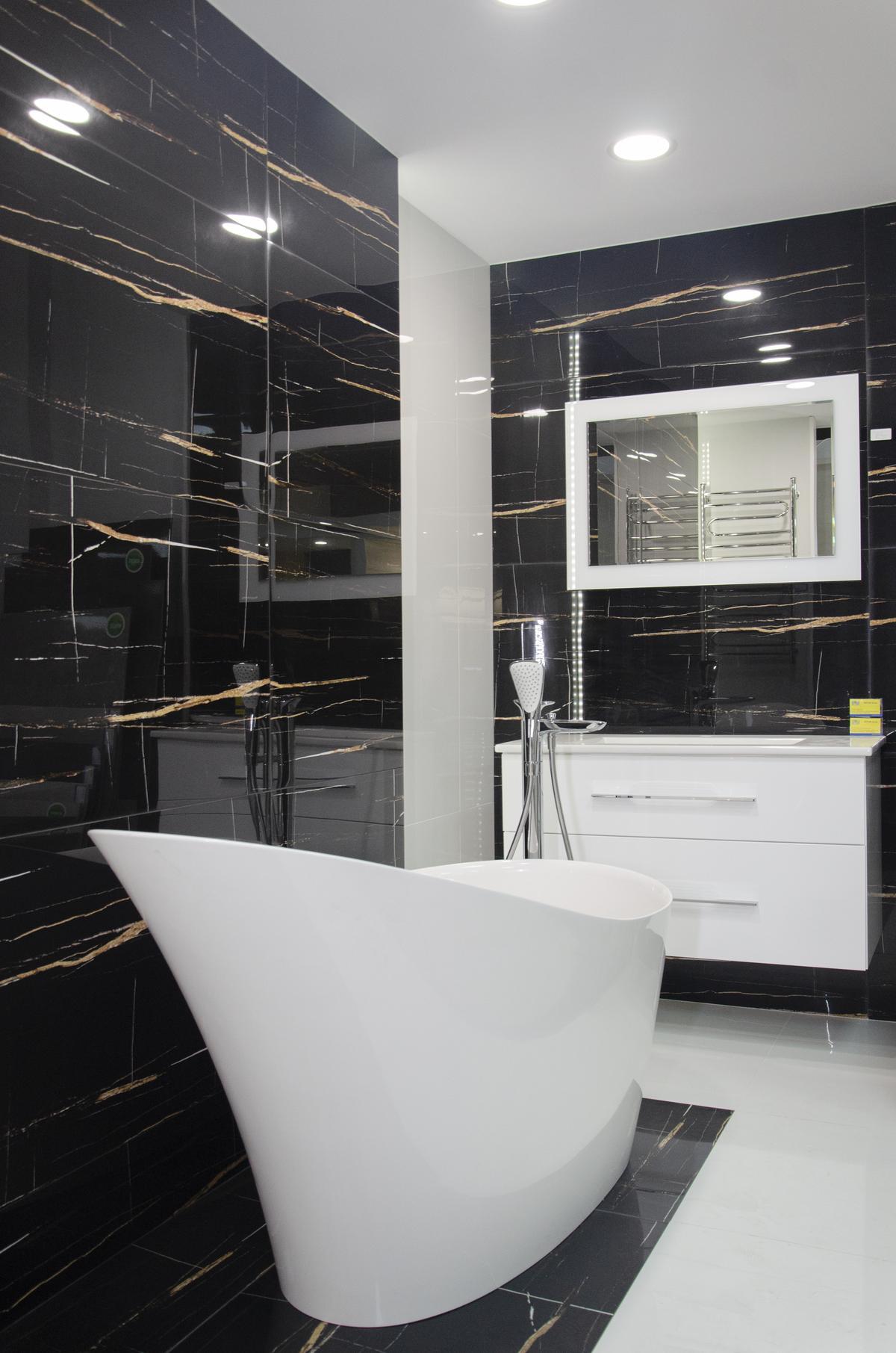 Elegancka łazienka w czerni ze złotymi elementami - zdjęcie od BLU salon łazienek Białystok