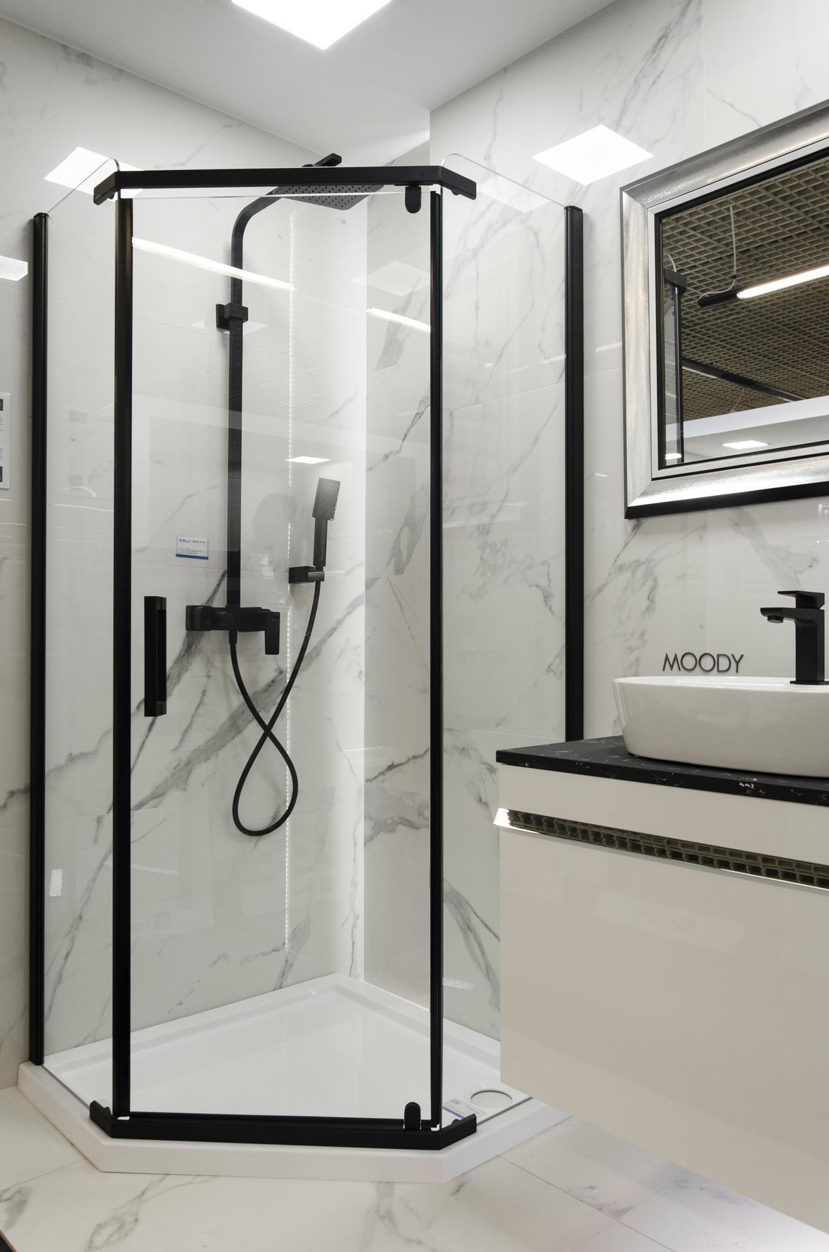 Elegancka łazienka w marmurze podkreślona czarnymi dodatkami - zdjęcie od BLU salon łazienek Łowicz