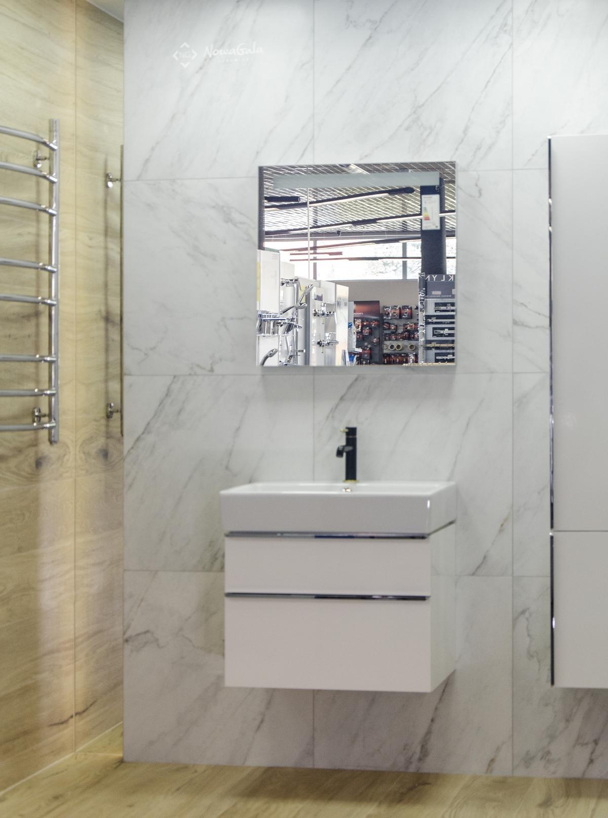 Elegancka łazienka wykończona płytką imitującą marmur - zdjęcie od BLU salon łazienek Łowicz