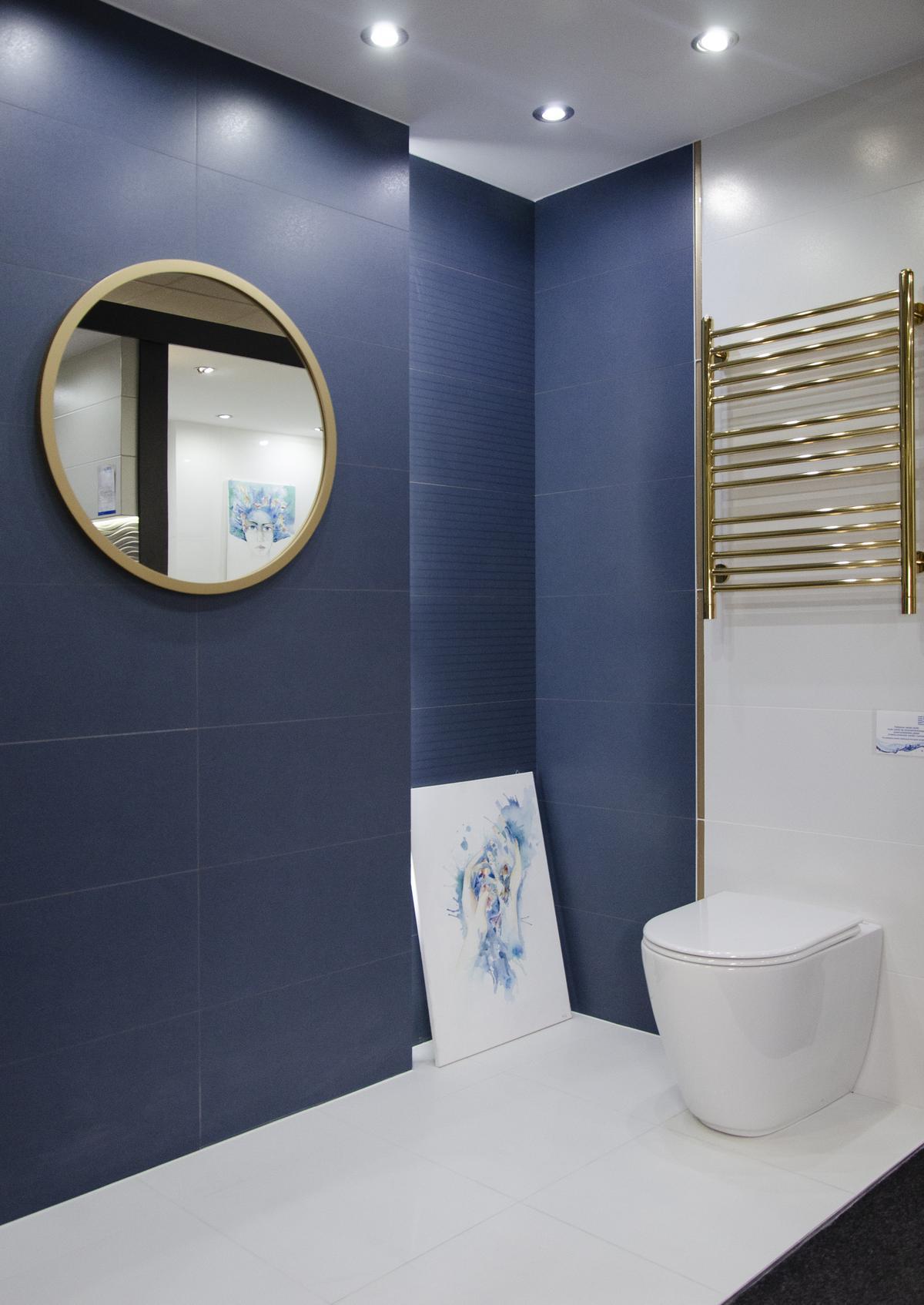 eleganckie połączenie złota i granatu w łazience  - zdjęcie od BLU salon łazienek Kołobrzeg