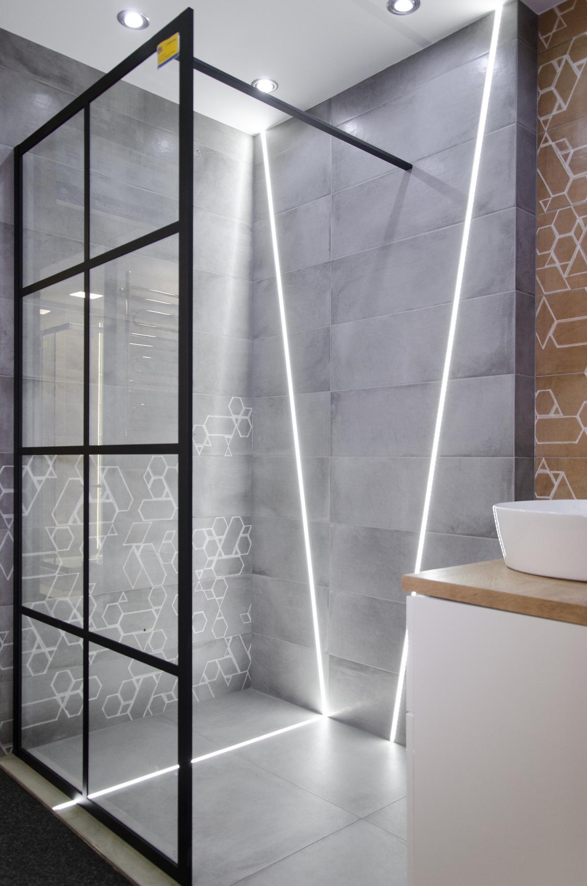 Futurystyczna łazienka wykończona płytką imitującą beton - zdjęcie od BLU salon łazienek Koszalin