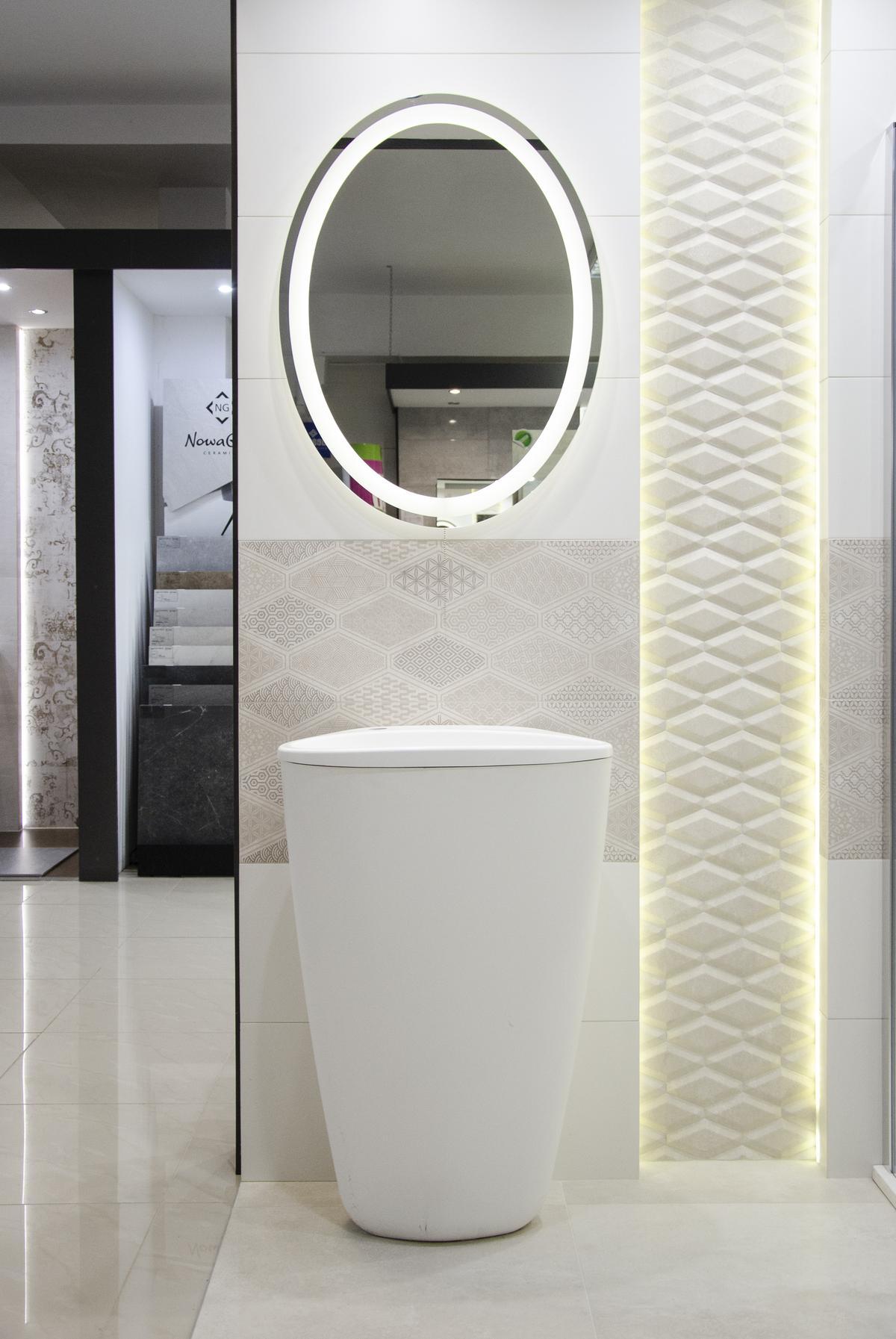 Futurystyczna umywalka wolnostojąca w aranżacji z kremowymi płytkami - zdjęcie od BLU salon łazienek Grudziądz