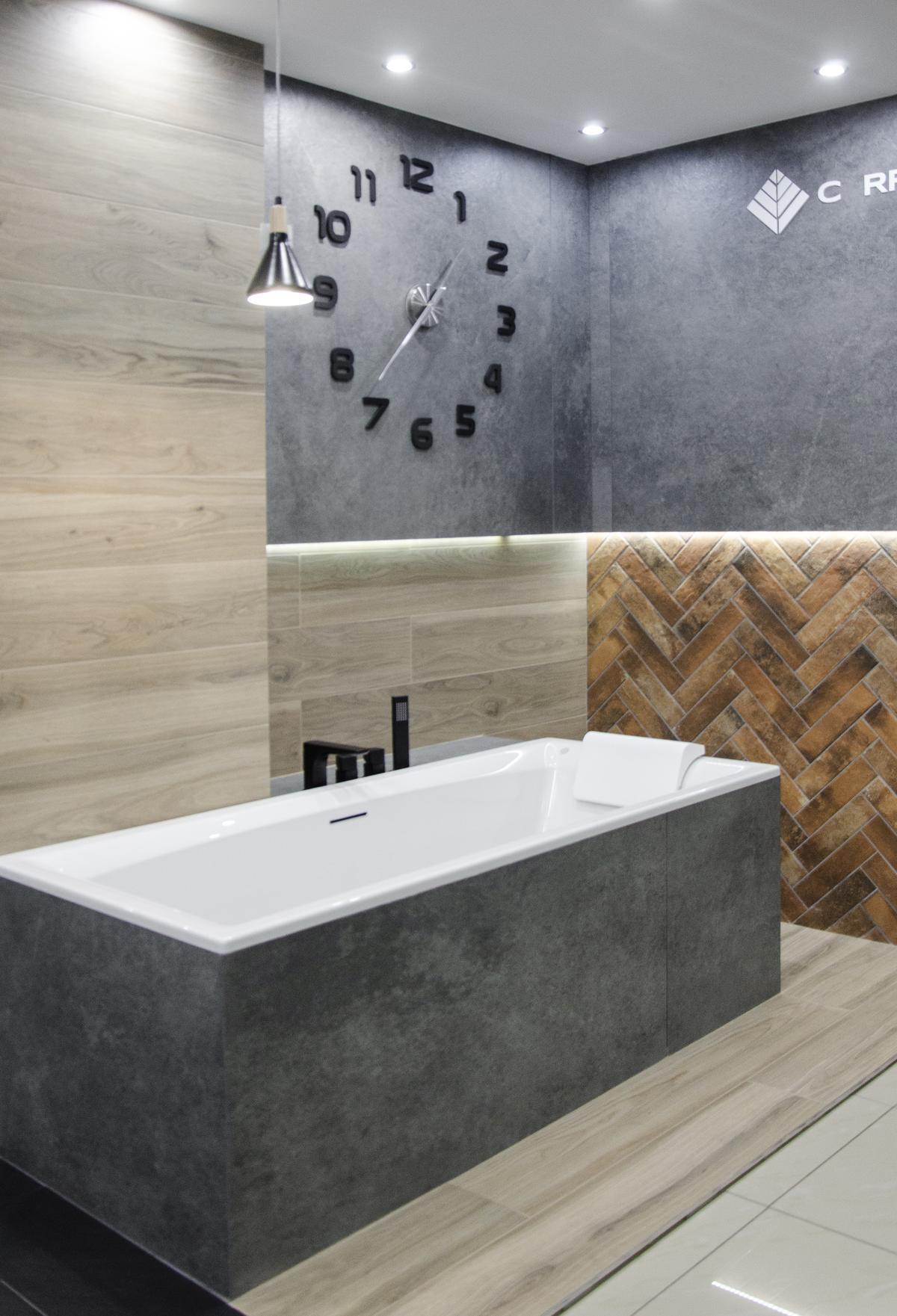 Industrialna aranżacja łazienki z wanną w zabudowie - zdjęcie od BLU salon łazienek Grudziądz