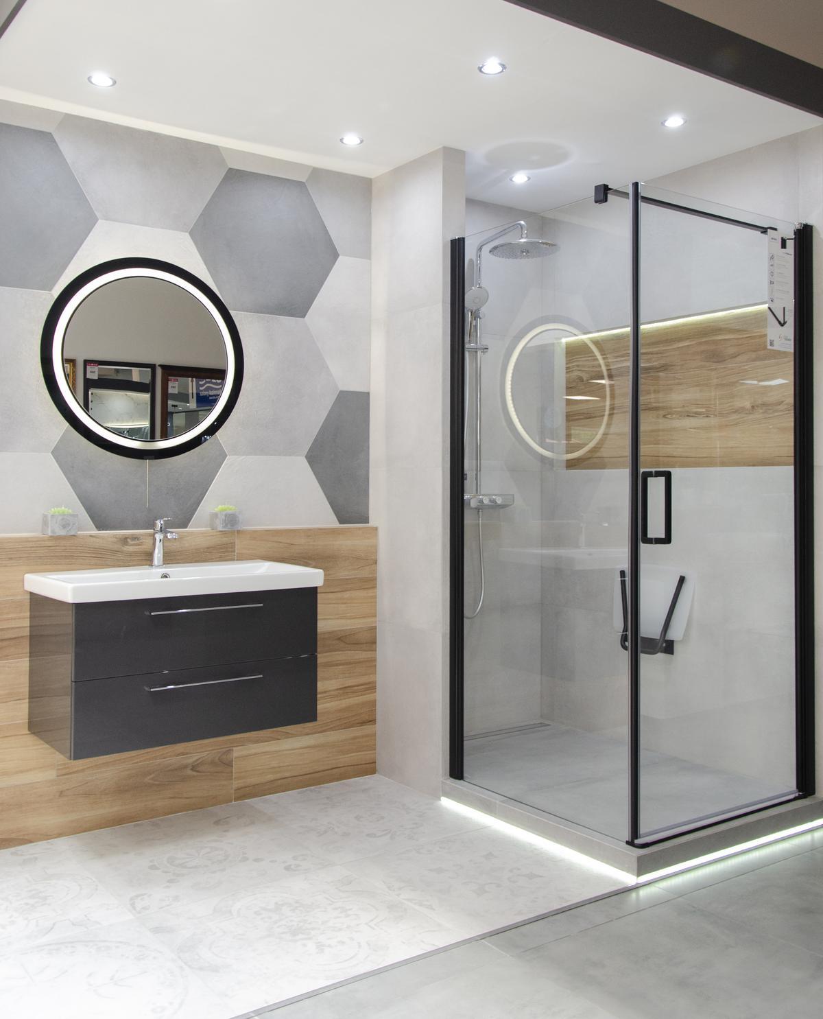 Industrialna łazienka z nawiązaniami do geometrycznych kształtów - zdjęcie od BLU salon łazienek Grudziądz