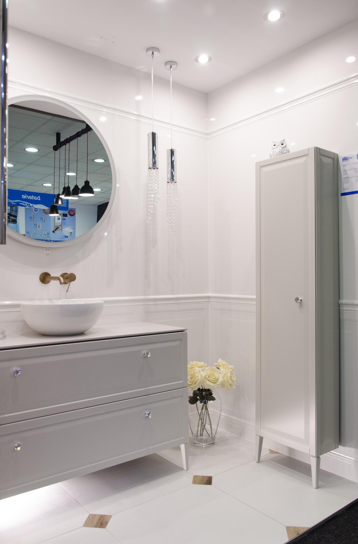 Jasna łazienka w stylu francuskim z białymi panelami na ścianach - zdjęcie od BLU salon łazienek Koszalin