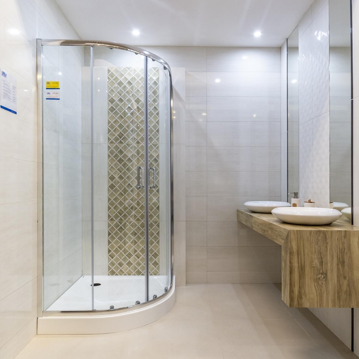 Jasna łazienka z kabiną półokrągłą - zdjęcie od BLU salon łazienek Biała Podlaska