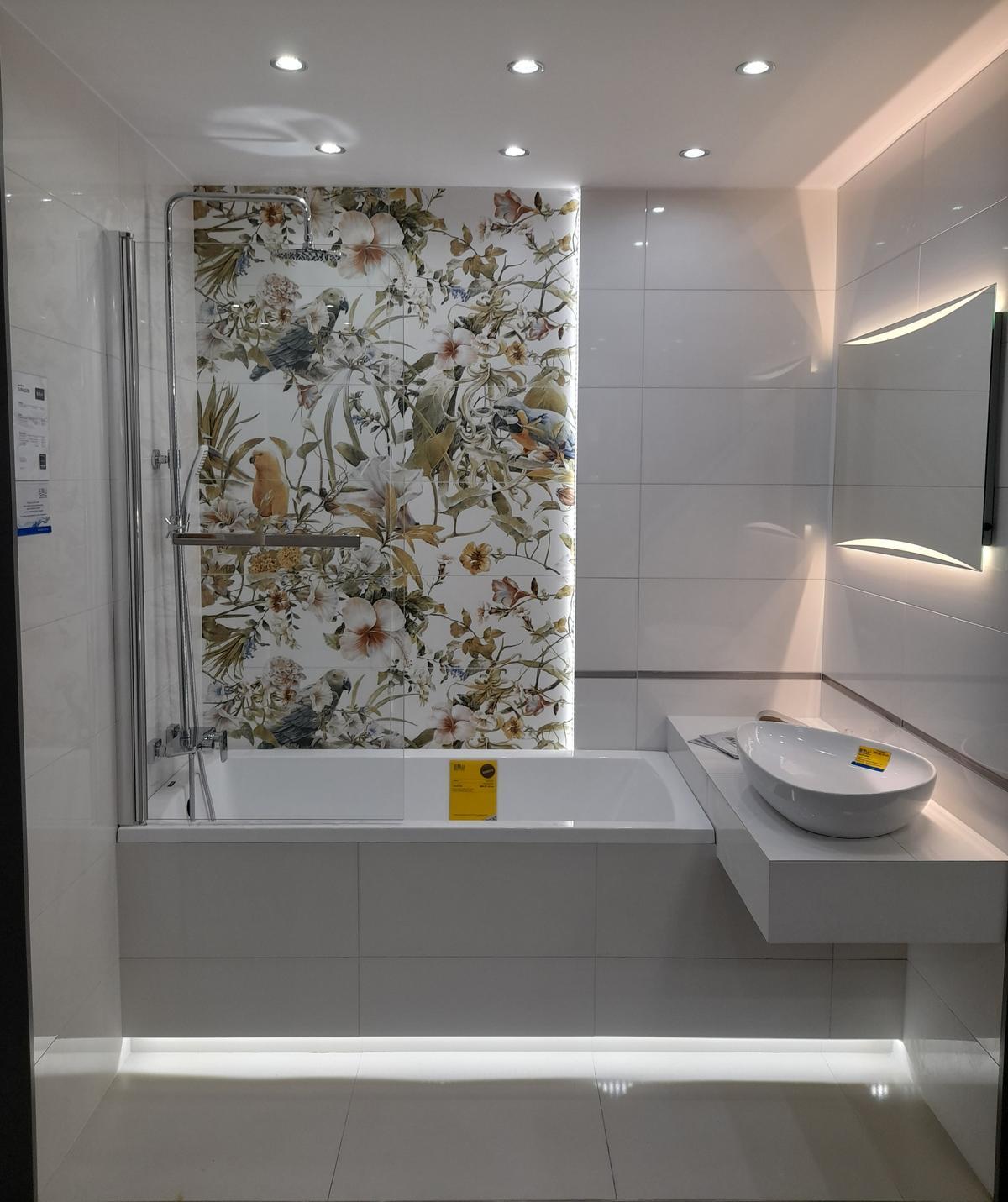 Jasna łazienka z kolorowym akcentem. Modern Pearl-Tubądzin - zdjęcie od BLU salon łazienek Inowrocław