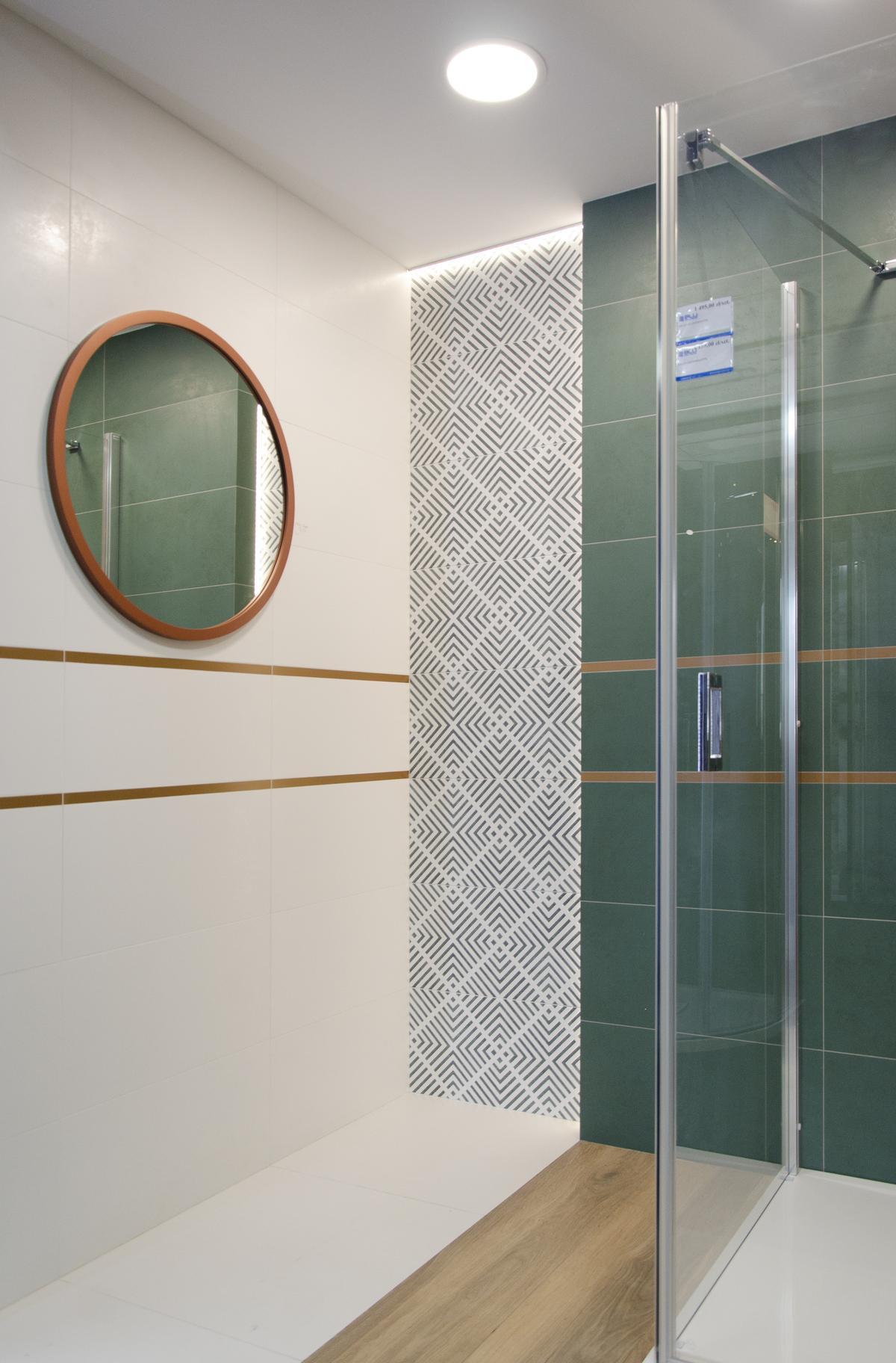 Jasna łazienka z zielonymi akcentami - zdjęcie od BLU salon łazienek Białystok