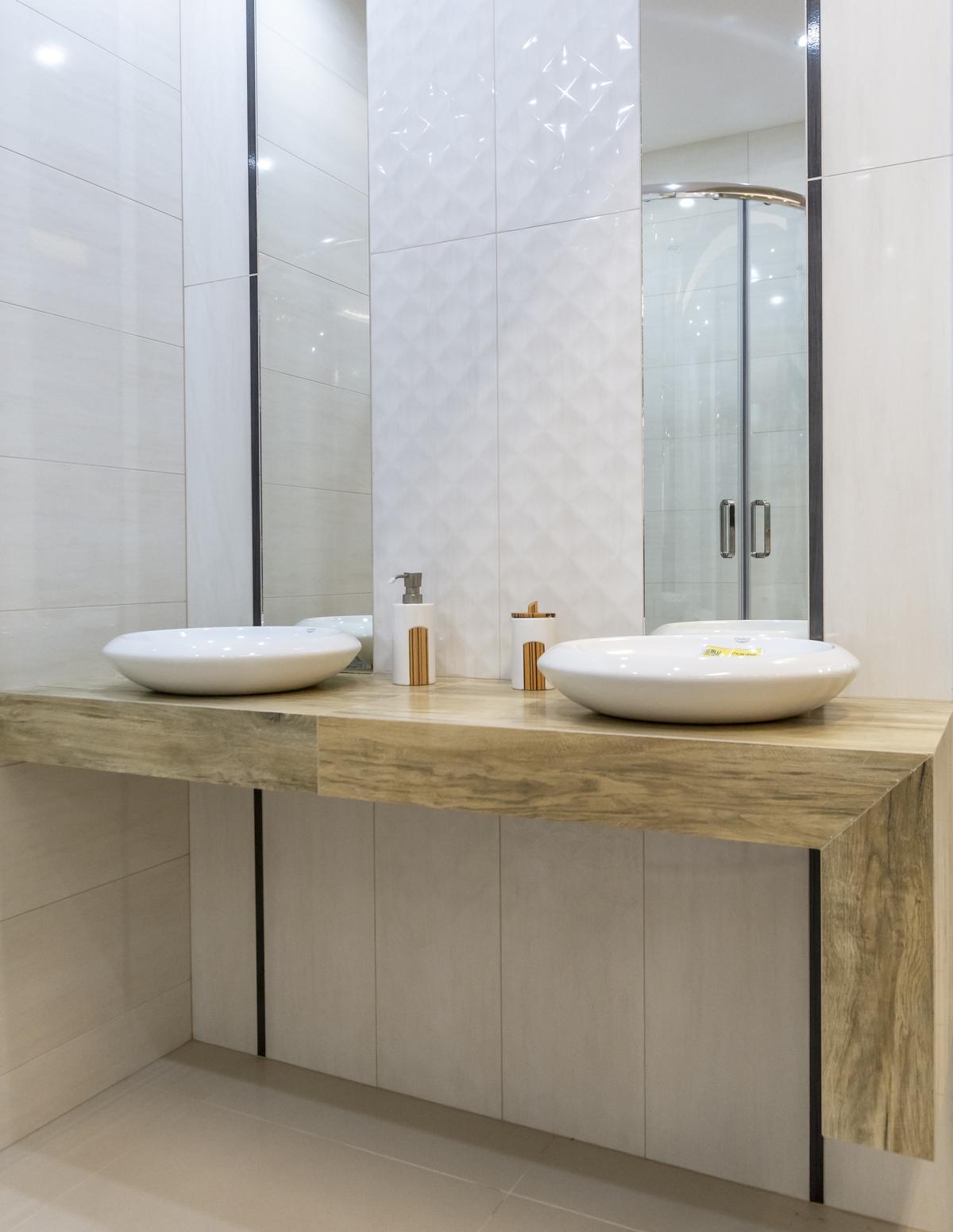 Jasna łazienka ze ścianą strukturalną Paradyż Miracle - zdjęcie od BLU salon łazienek Biała Podlaska