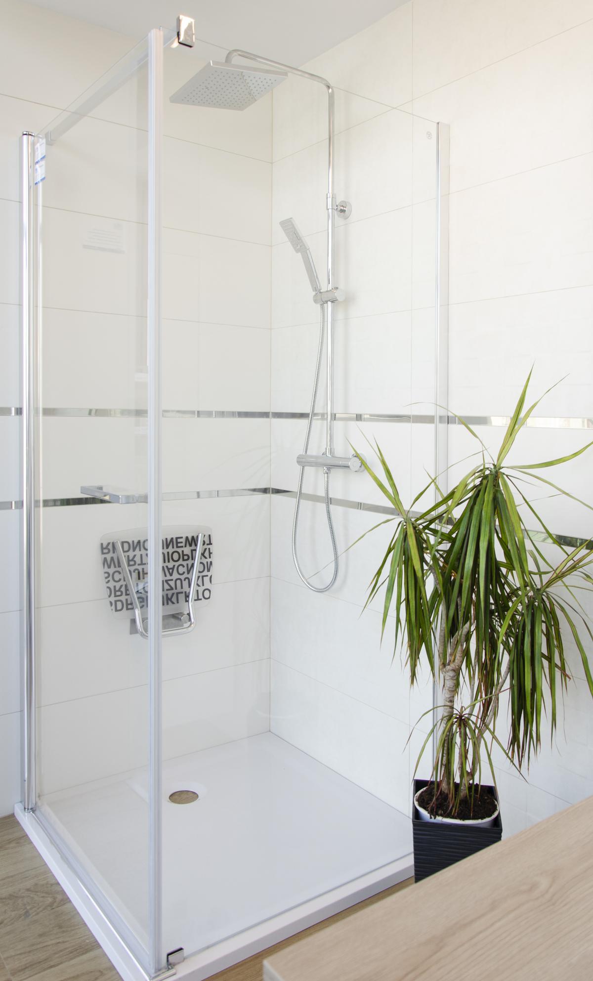Jasna, minimalistyczna kabina prysznicowa ze srebrnymi elementami - zdjęcie od BLU salon łazienek Pułtusk