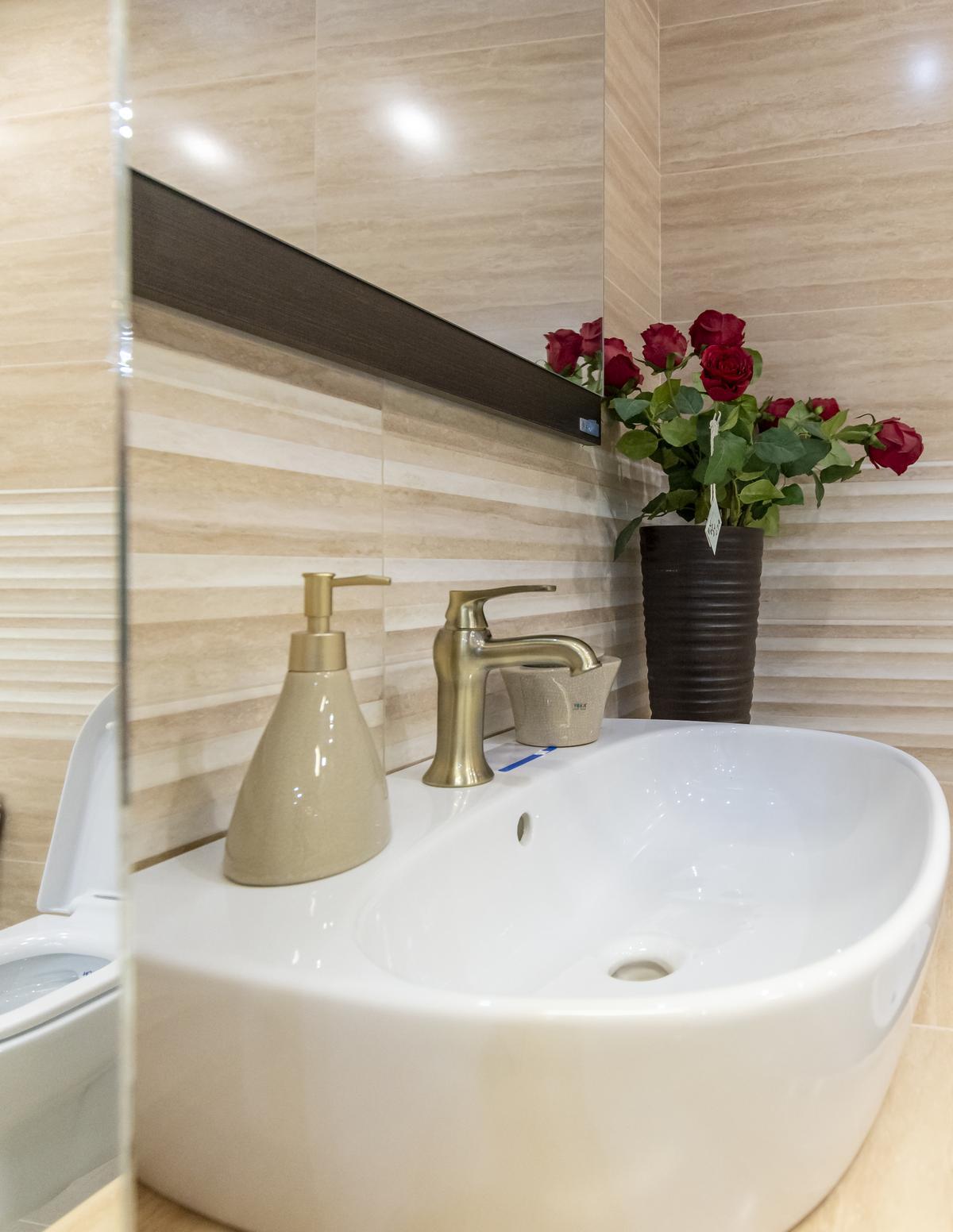 Jasne wykończenie ścian Opoczno Classic Travertine - zdjęcie od BLU salon łazienek Biała Podlaska