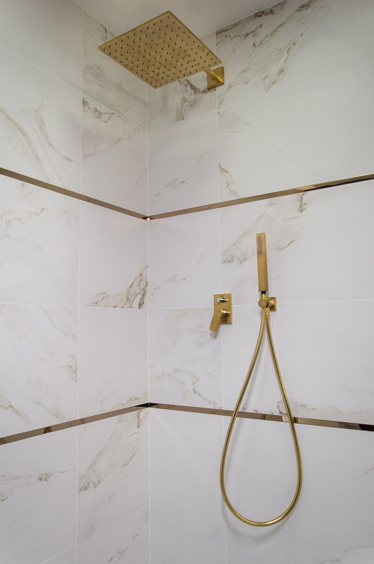 Kabina prysznicowa w marmurze i złocie - zdjęcie od BLU salon łazienek Białystok