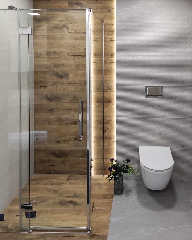 Kabina prysznicowa w szarej łazience z dodatkiem drewna w BLU Września - zdjęcie od BLU salon łazienek Września