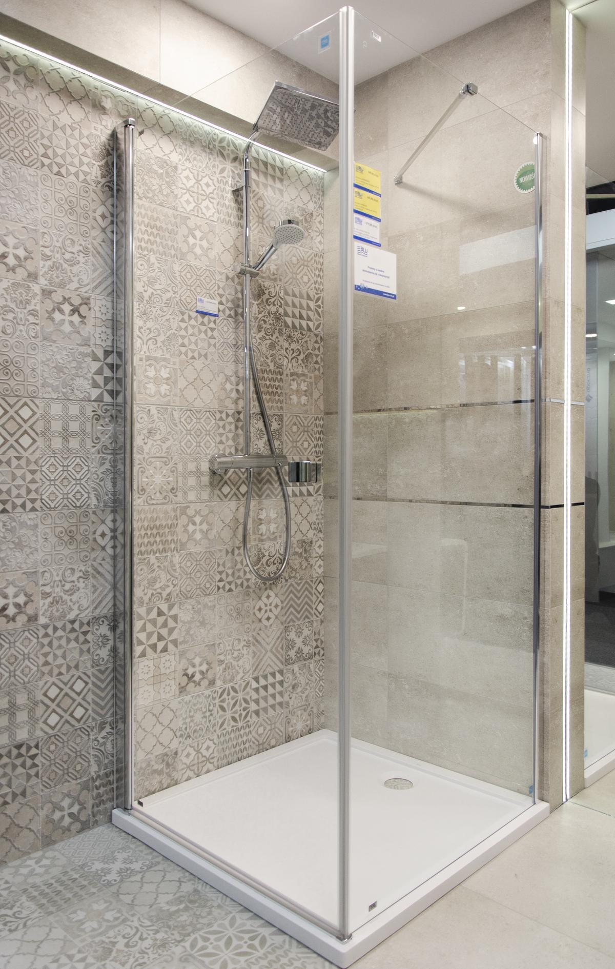 Kabina prysznicowa z deszczownicą w połączeniu z płytka patchworkową - zdjęcie od BLU salon łazienek Białystok