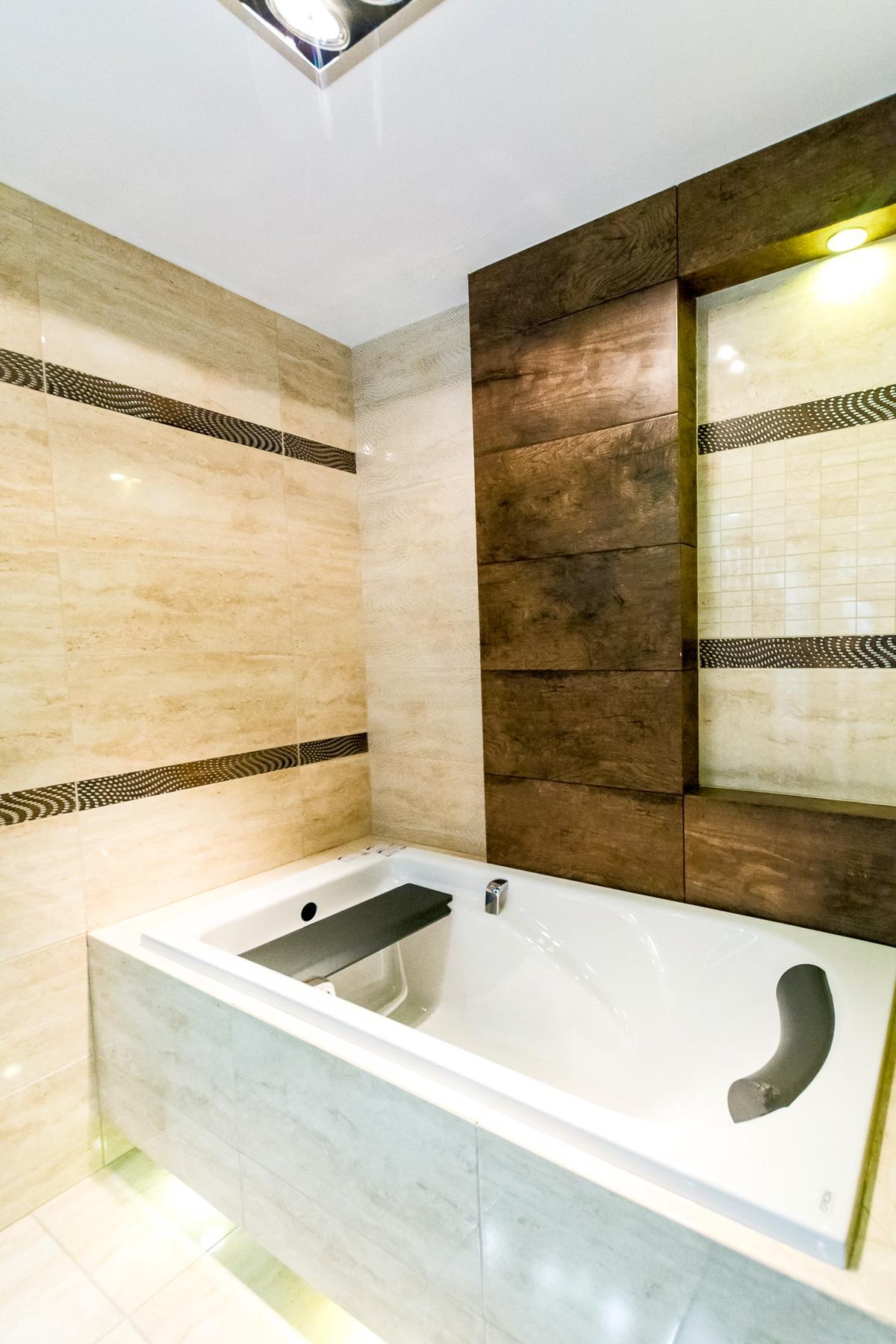 Kamienny beż i drewniany brąz - kolekcja Tubądzin Traviata - zdjęcie od BLU salon łazienek Siedlce