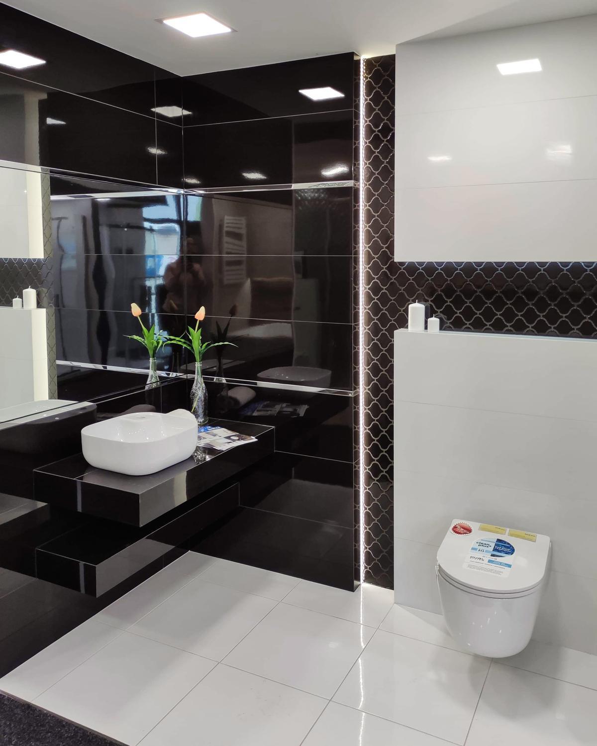 Klasyczna, czarno-biała łazienka w Salonie łazienek BLU Września - zdjęcie od BLU salon łazienek Września