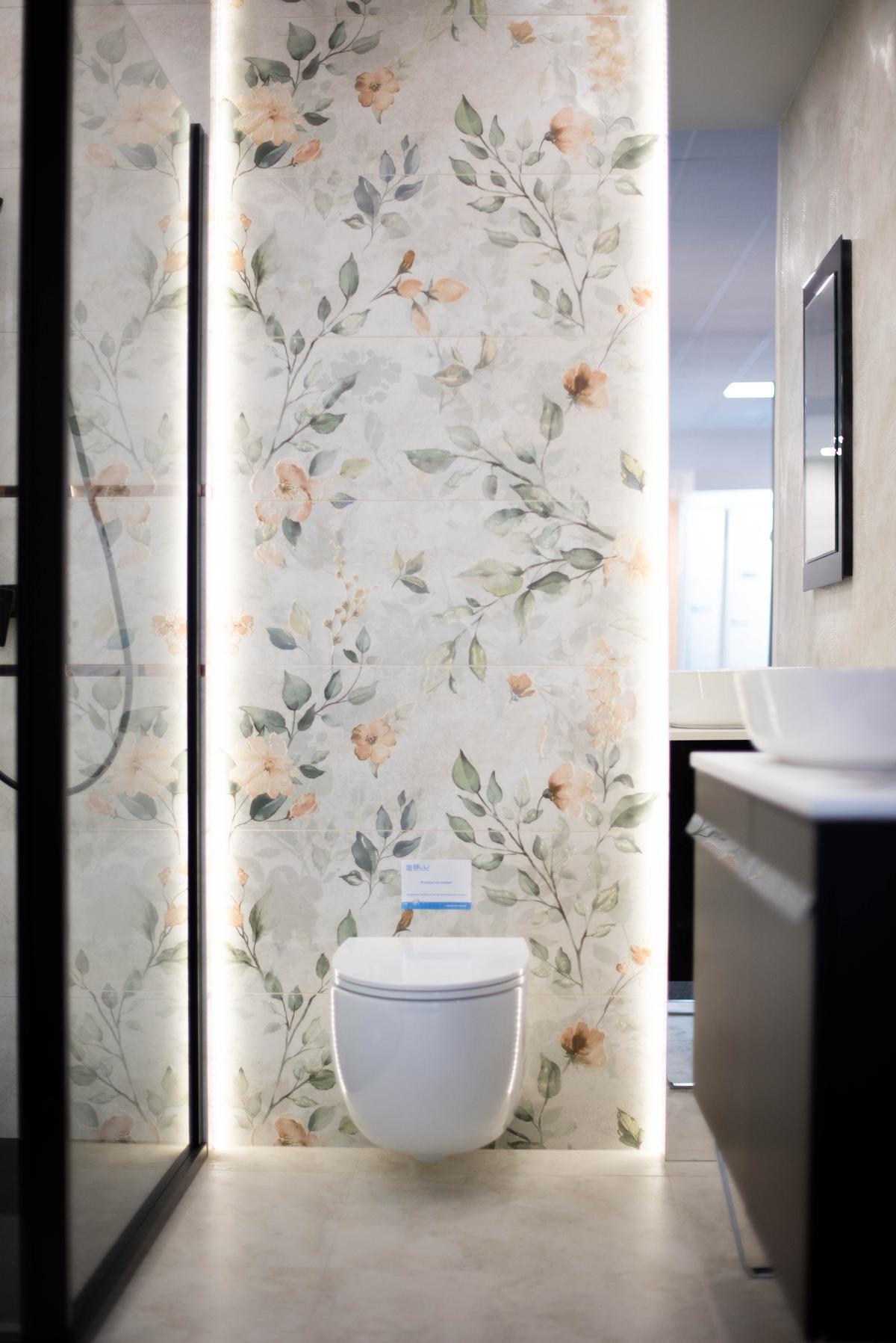Koncepcja na toaletę w kwiaty z płytkami Azario Pravia - zdjęcie od BLU salon łazienek Suwałki