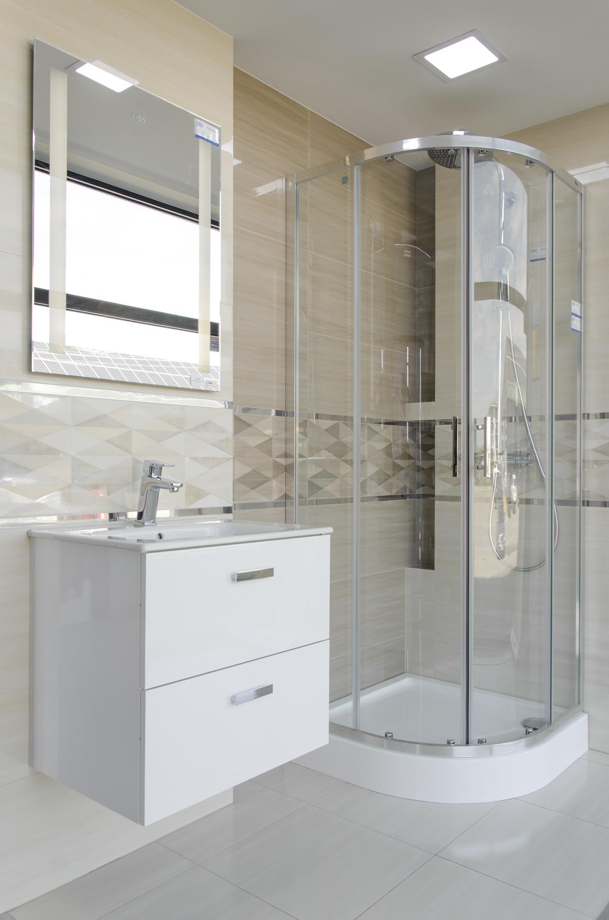 Kremowa aranżacja łazienki z płytką o geometrycznym wzorze - zdjęcie od BLU salon łazienek Pułtusk