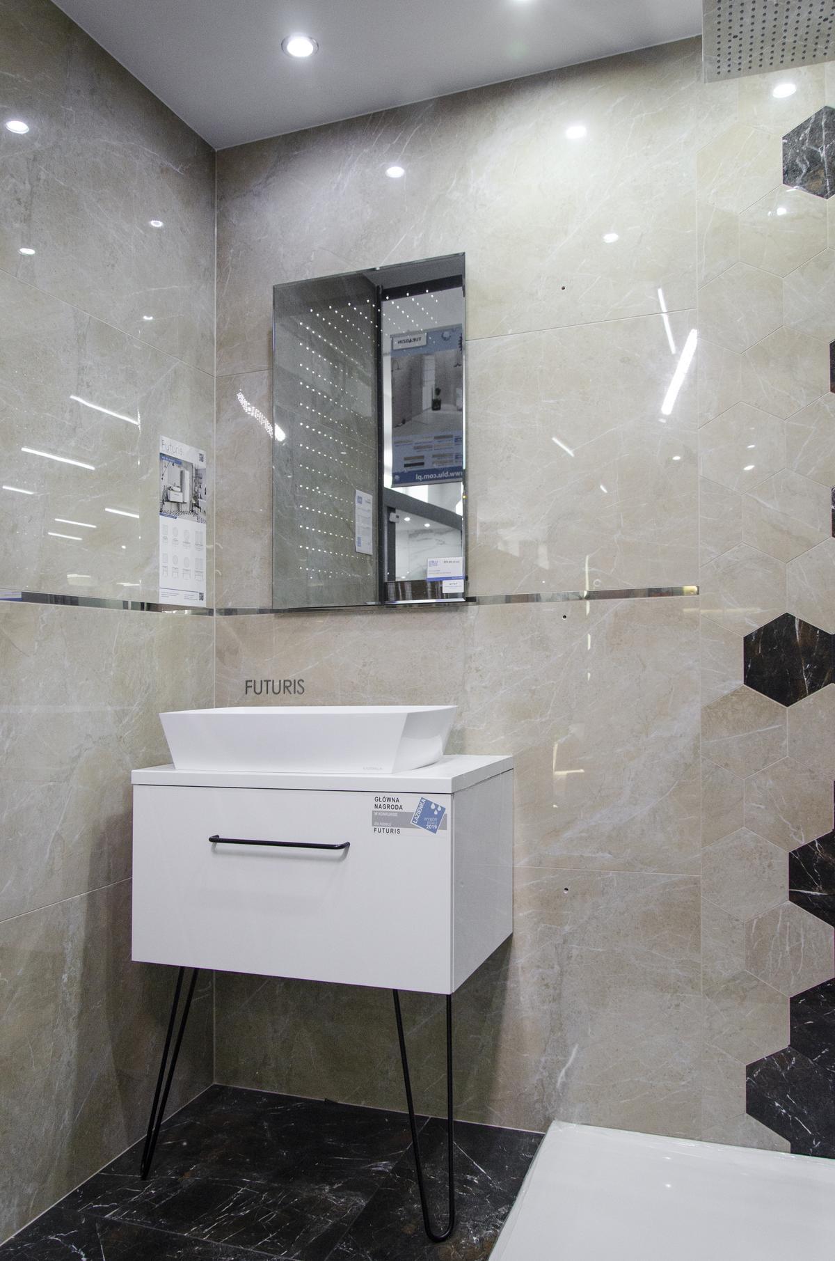 Kremowa łazienka w kamieniu ze srebrnymi elementami - zdjęcie od BLU salon łazienek Skierniewice