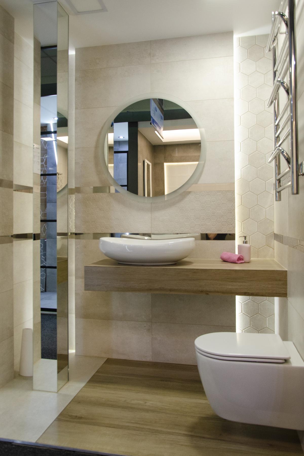 Kremowa łazienka z pytką drewnopodobną i heksagonalnym dekorem - zdjęcie od BLU salon łazienek Koszalin
