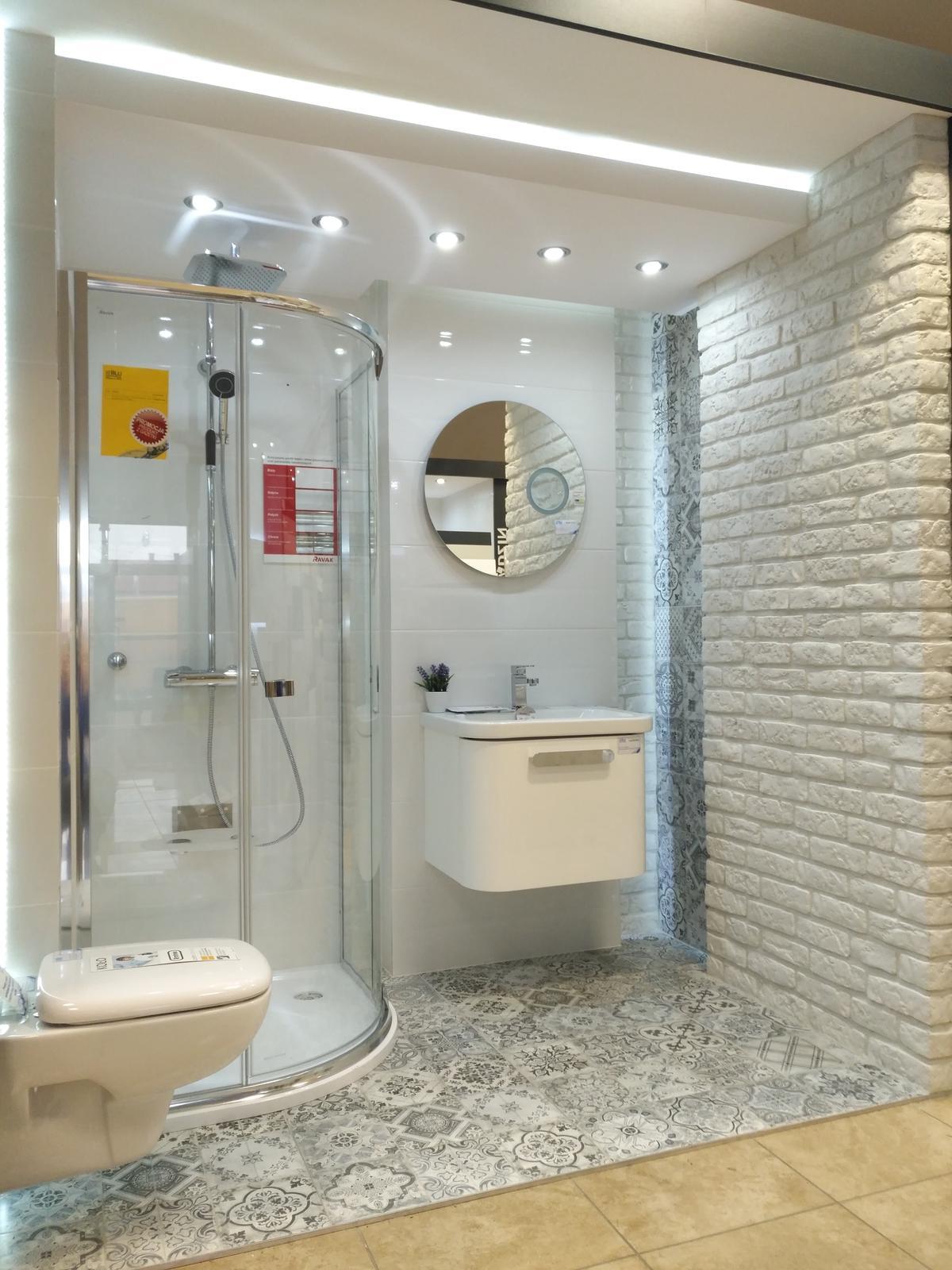 Łazienka w bieli i patchworku - zdjęcie od BLU salon łazienek Dębica