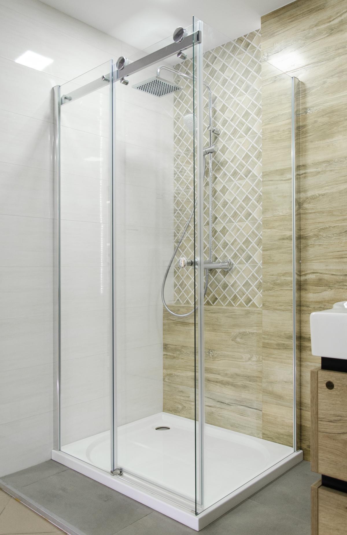 Łazienka w drewnie z mozaiką drewnopodobną i kabiną prysznicową  - zdjęcie od BLU salon łazienek Pułtusk