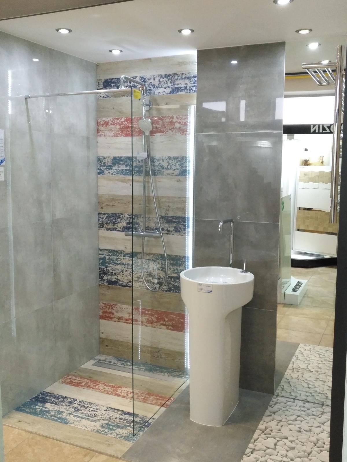 Łazienka w kamieniu i drewnie - kolekcje Tubądzin - zdjęcie od BLU salon łazienek Dębica