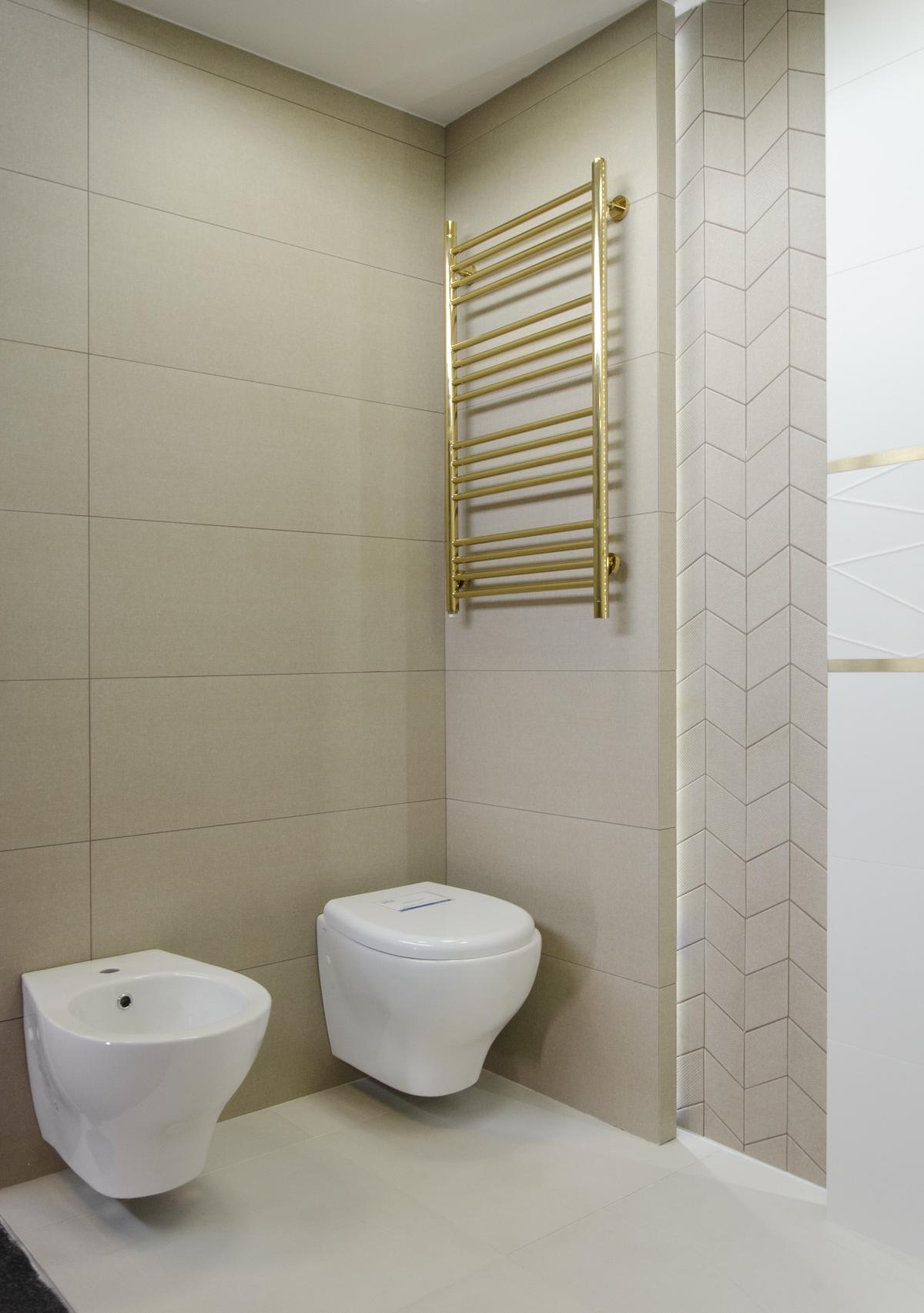 Łazienka w kolorze piaskowym ze złotymi akcentami - zdjęcie od BLU salon łazienek Łowicz