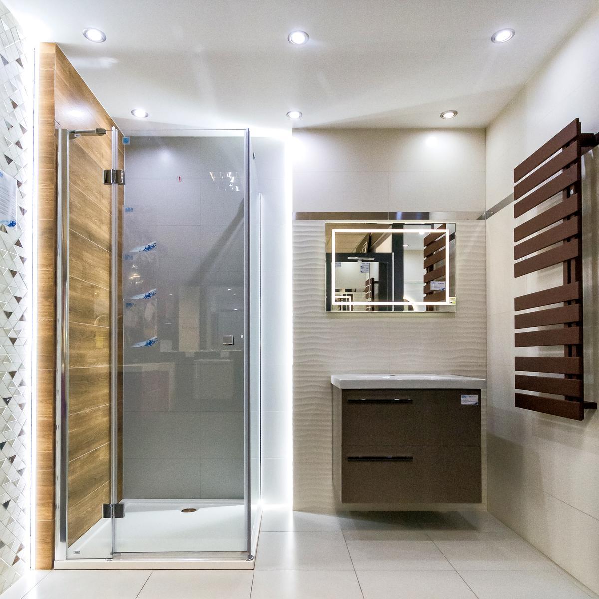 Łazienka w łagodnych barwach - szarości, beże i drewno - zdjęcie od BLU salon łazienek Włocławek