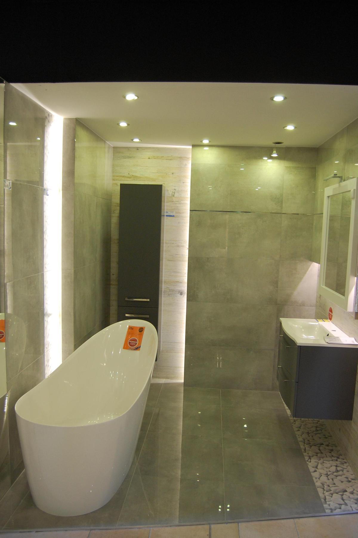 Łazienka w płytkach wielkoformatowych Tubądzin Epoxy  - zdjęcie od BLU salon łazienek Nowy Sącz