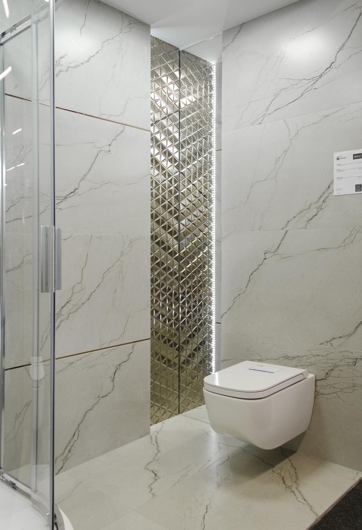 Łazienka w stylu glamour z płytką imitującą marmur - zdjęcie od BLU salon łazienek Łowicz