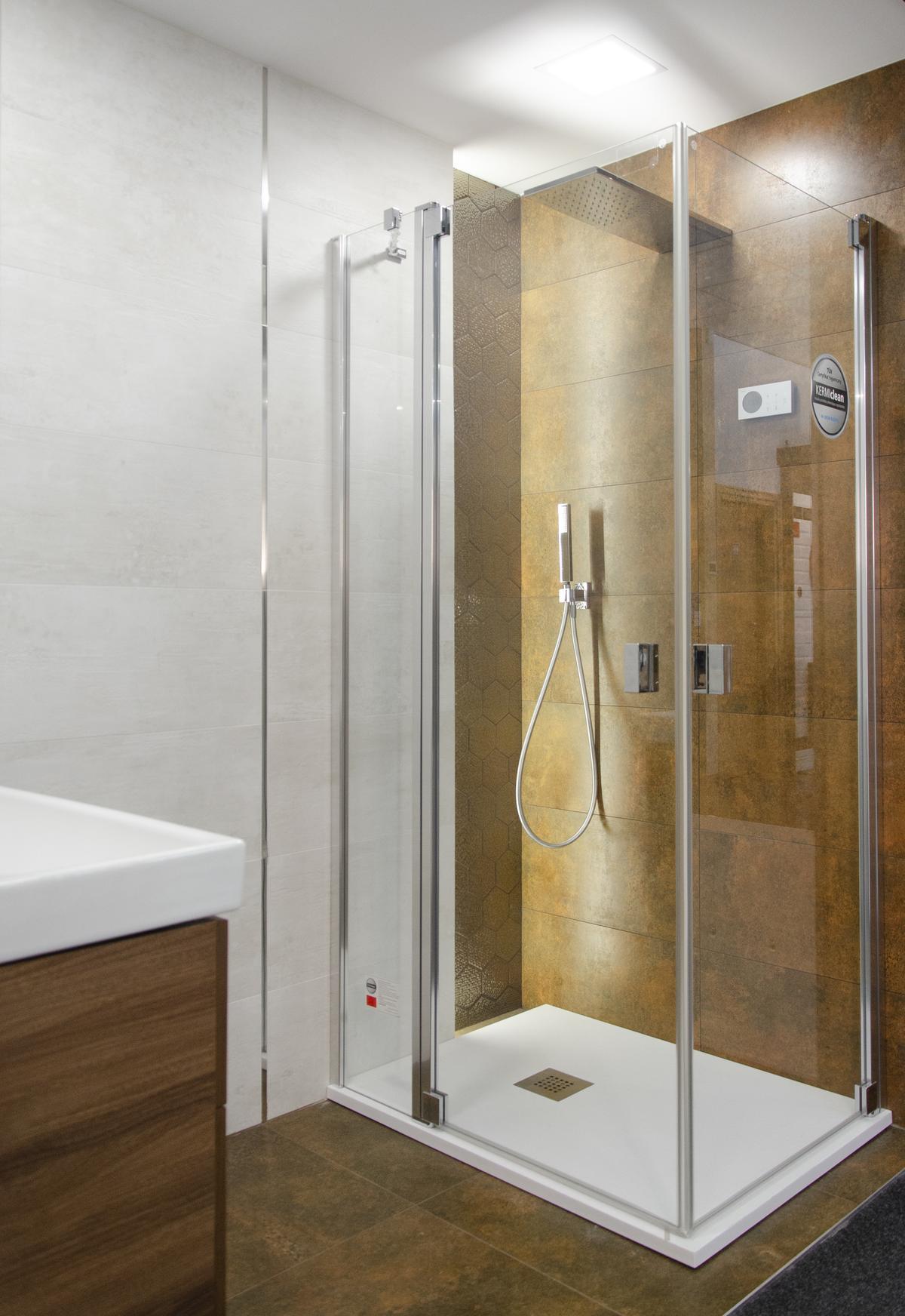 Łazienka w stylu industrialnym z płytką imitującą rdzę - zdjęcie od BLU salon łazienek Koszalin