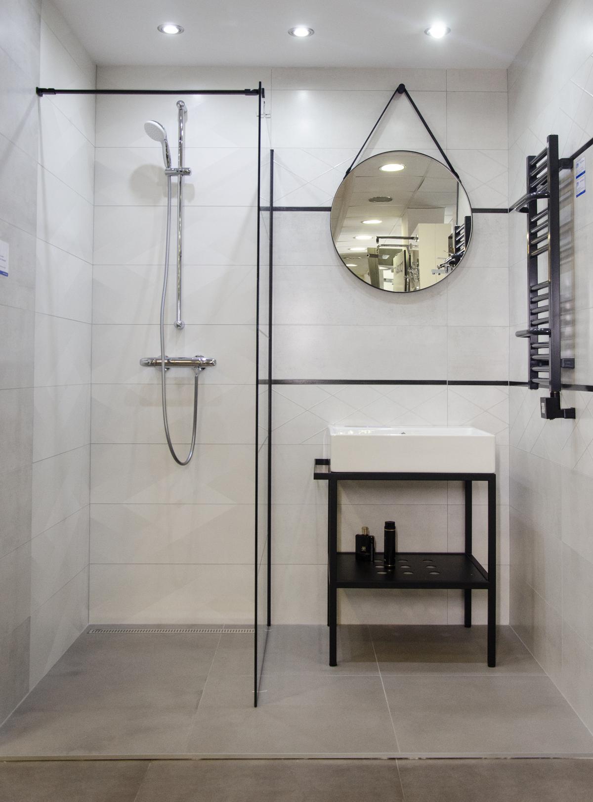 Łazienka w stylu skandynawskim z czarnymi akcentami i kabiną walk-in - zdjęcie od BLU salon łazienek Kołobrzeg