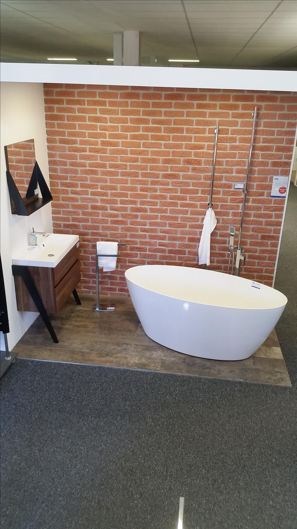 Łazienka w surowym wydaniu z nową wanną - zdjęcie od BLU salon łazienek Chojnice