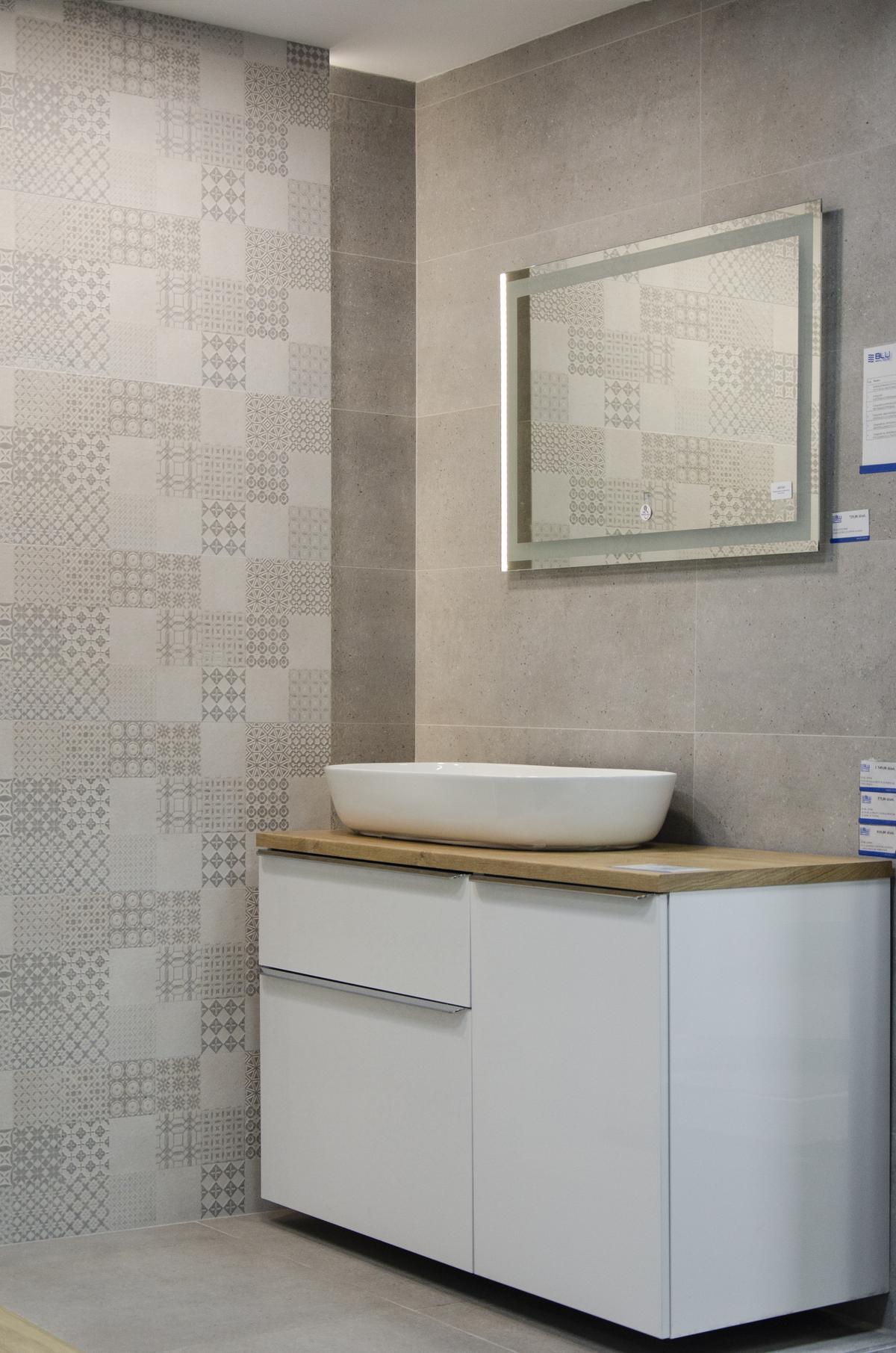 Łazienka w szarościach z patchworkową płytką - zdjęcie od BLU salon łazienek Białystok