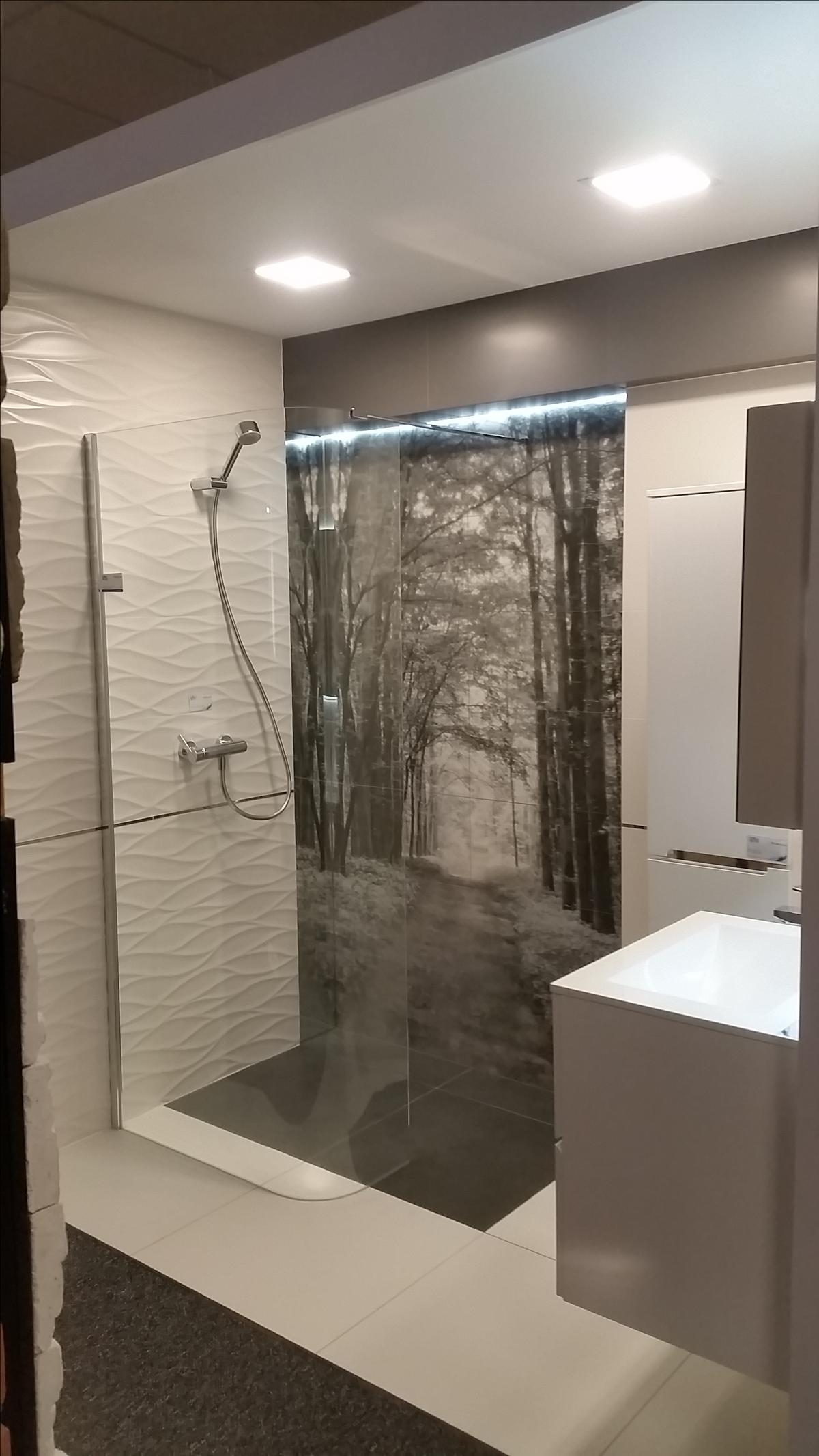 Leśna aura w kolekcji Tubądzin All in White - zdjęcie od BLU salon łazienek Chojnice