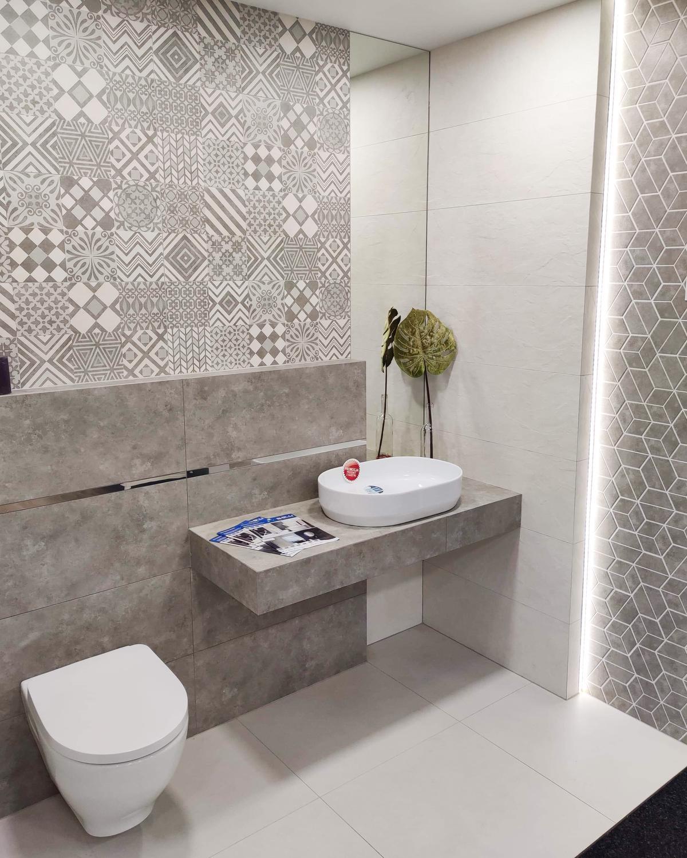 Mała toaleta z patchworkami w BLU Września - zdjęcie od BLU salon łazienek Września