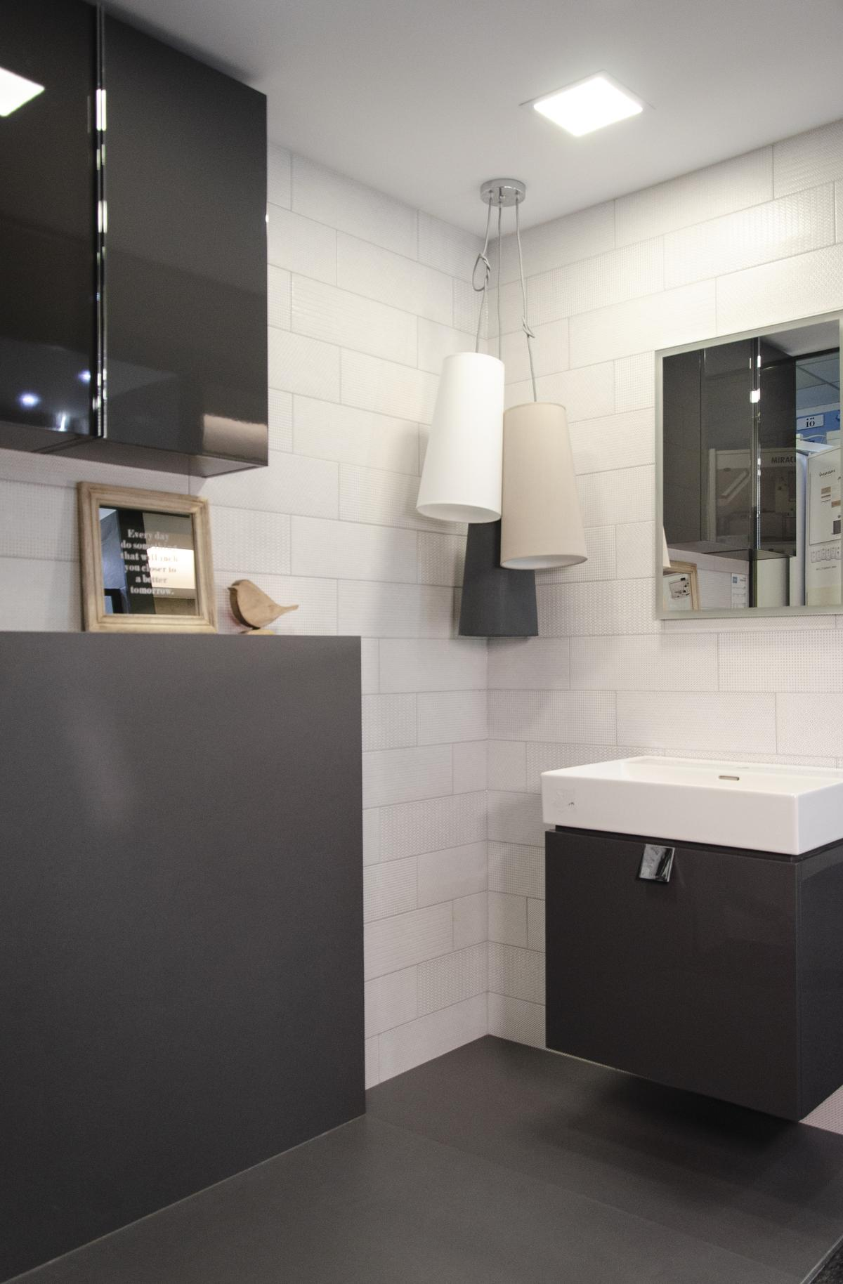 Minimalistyczna biało-szara łazienka w stylu loftowym - zdjęcie od BLU salon łazienek Koszalin