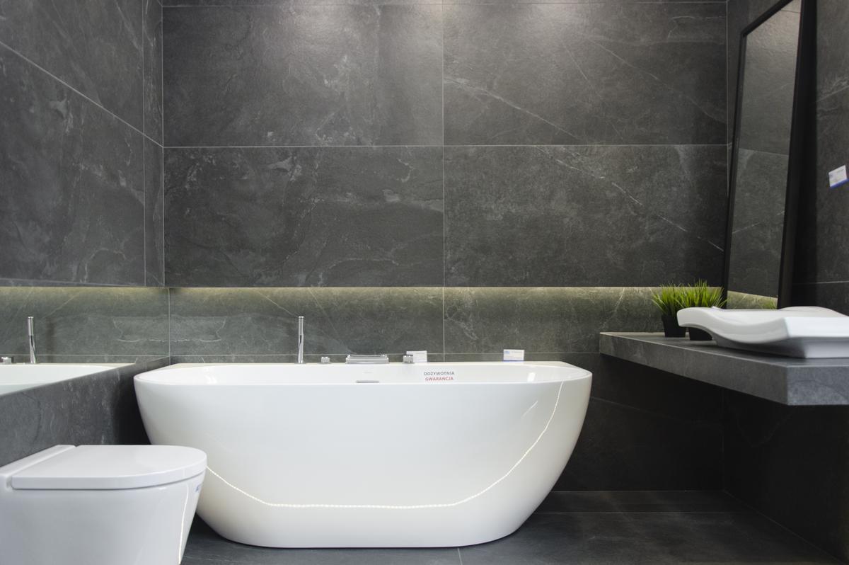 Minimalistyczna łazienka w czerni - zdjęcie od BLU salon łazienek Białystok