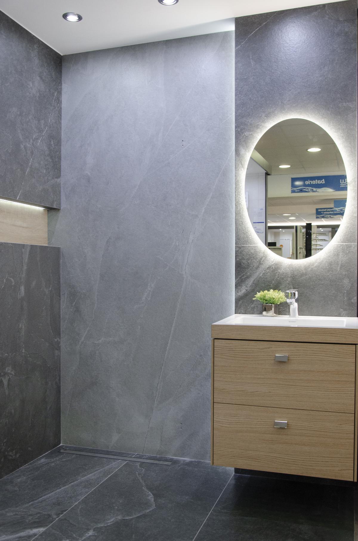 Minimalistyczna łazienka w szarościach z płytką imitującą kamień - zdjęcie od BLU salon łazienek Kołobrzeg