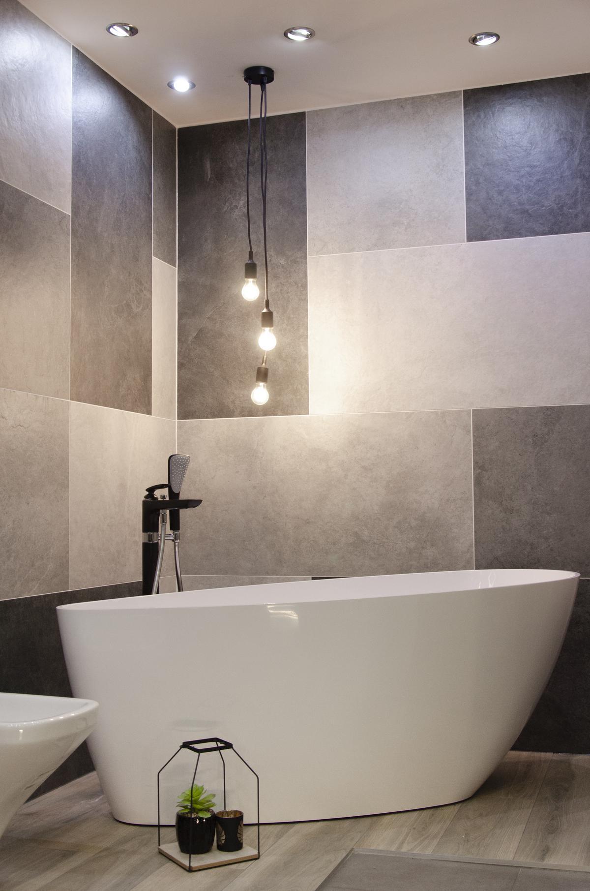 Minimalistyczna łazienka z płytkami w różnych odcieniach szarości - zdjęcie od BLU salon łazienek Kołobrzeg