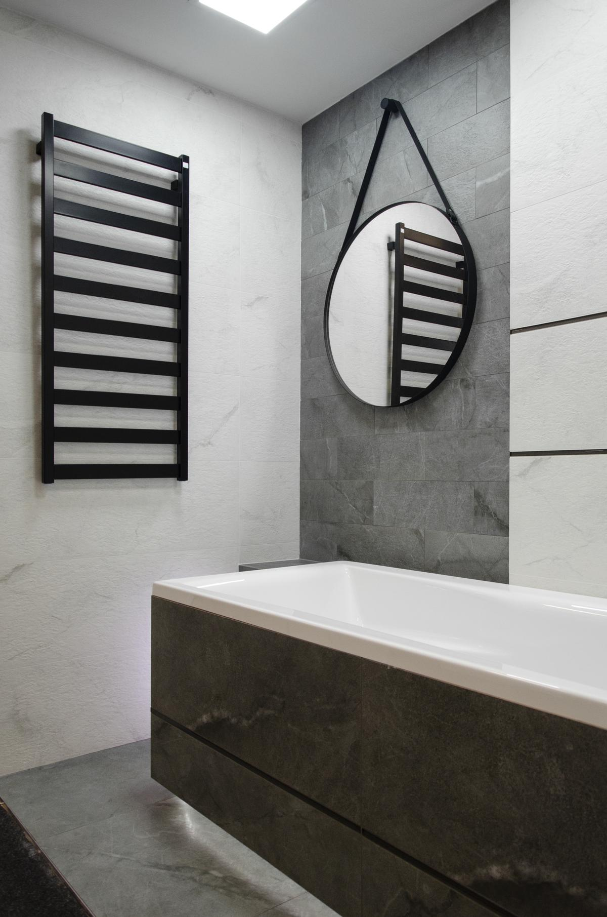 Minimalistyczna łazienka z szaro - czarną płytką imitującą kamień - zdjęcie od BLU salon łazienek Łowicz