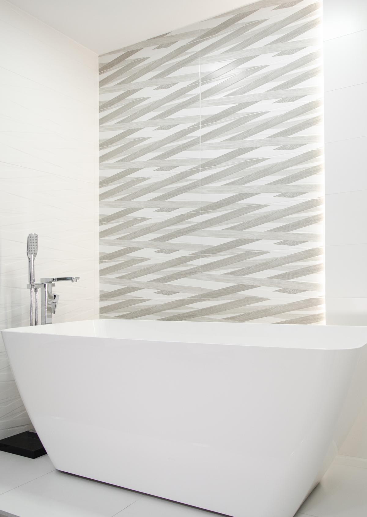 Minimalistyczna propozycja na aranżację białej wanny wolnostojącej - zdjęcie od BLU salon łazienek Pułtusk