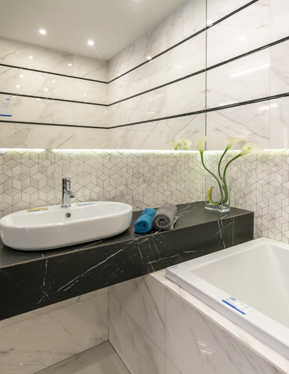 Mozaika i biała płytka ścienna Opoczno Carrara - zdjęcie od BLU salon łazienek Biała Podlaska