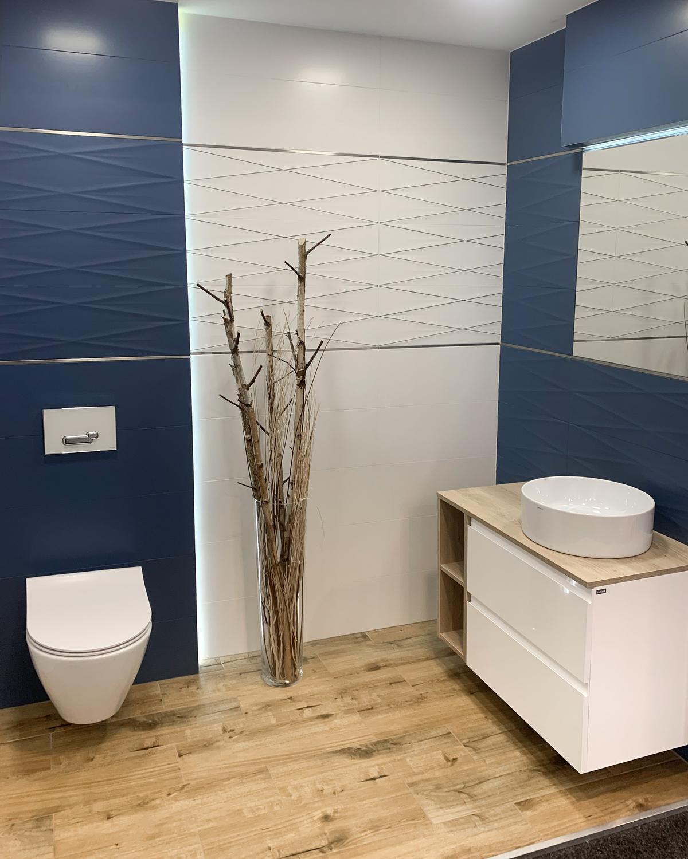 Niebieskie akcenty w łazience BLU Olsztyn - zdjęcie od BLU salon łazienek Olsztyn