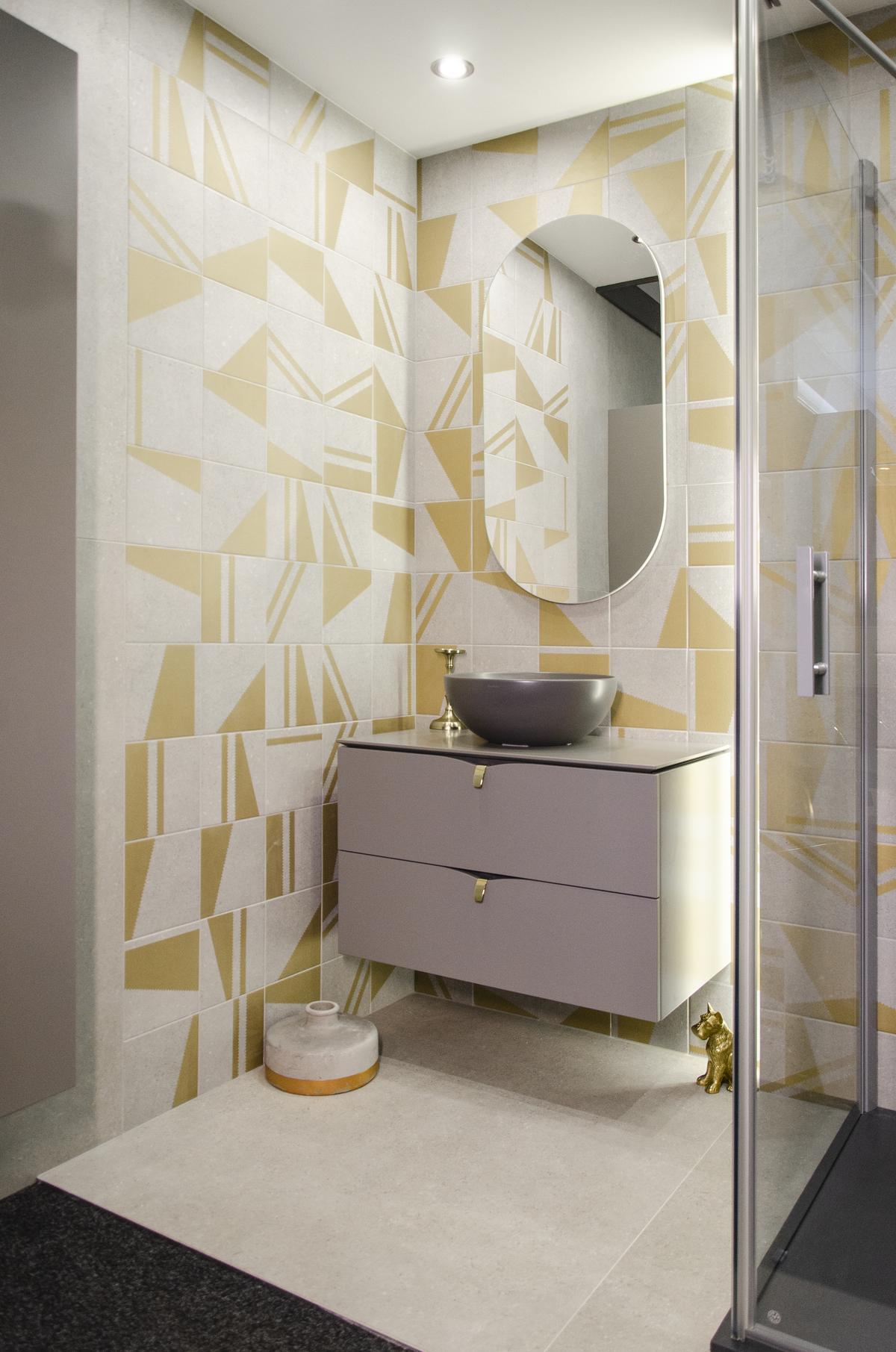 Nowoczesna łazienka w szarości z akcentem żółtego koloru - zdjęcie od BLU salon łazienek Koszalin
